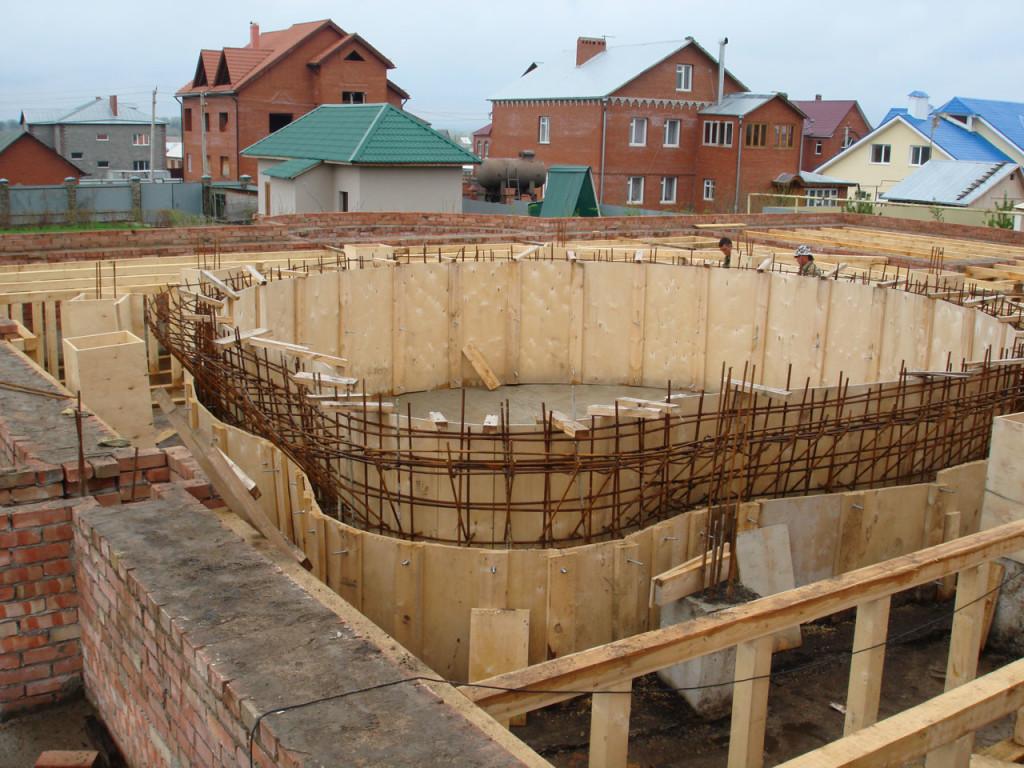монтаж деревянной опалубки для чаши бассейна