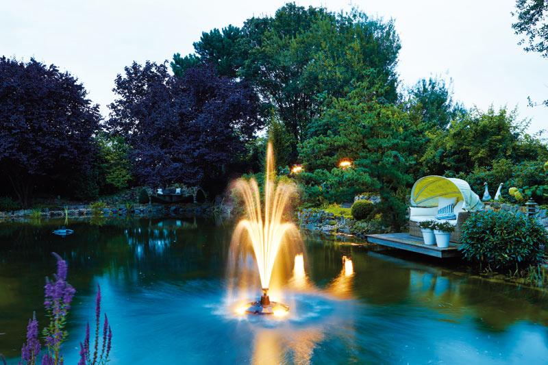 плавающие фонтаны в бассейне