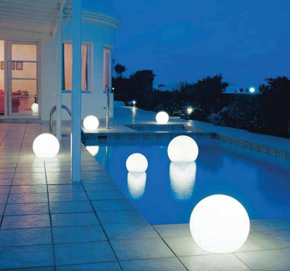 светящиеся шары в качестве световой отделки бассейна - красивый акцент