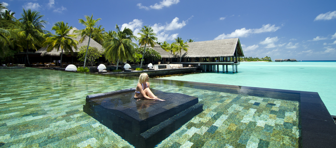 кровать-джакузи в панорамном бассейне