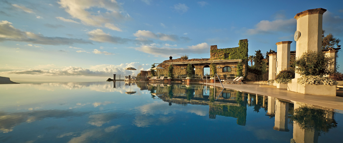 бассейн в Hotel Caruso