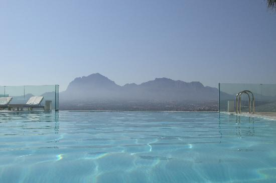бассейн в Sha Wellness Clinic