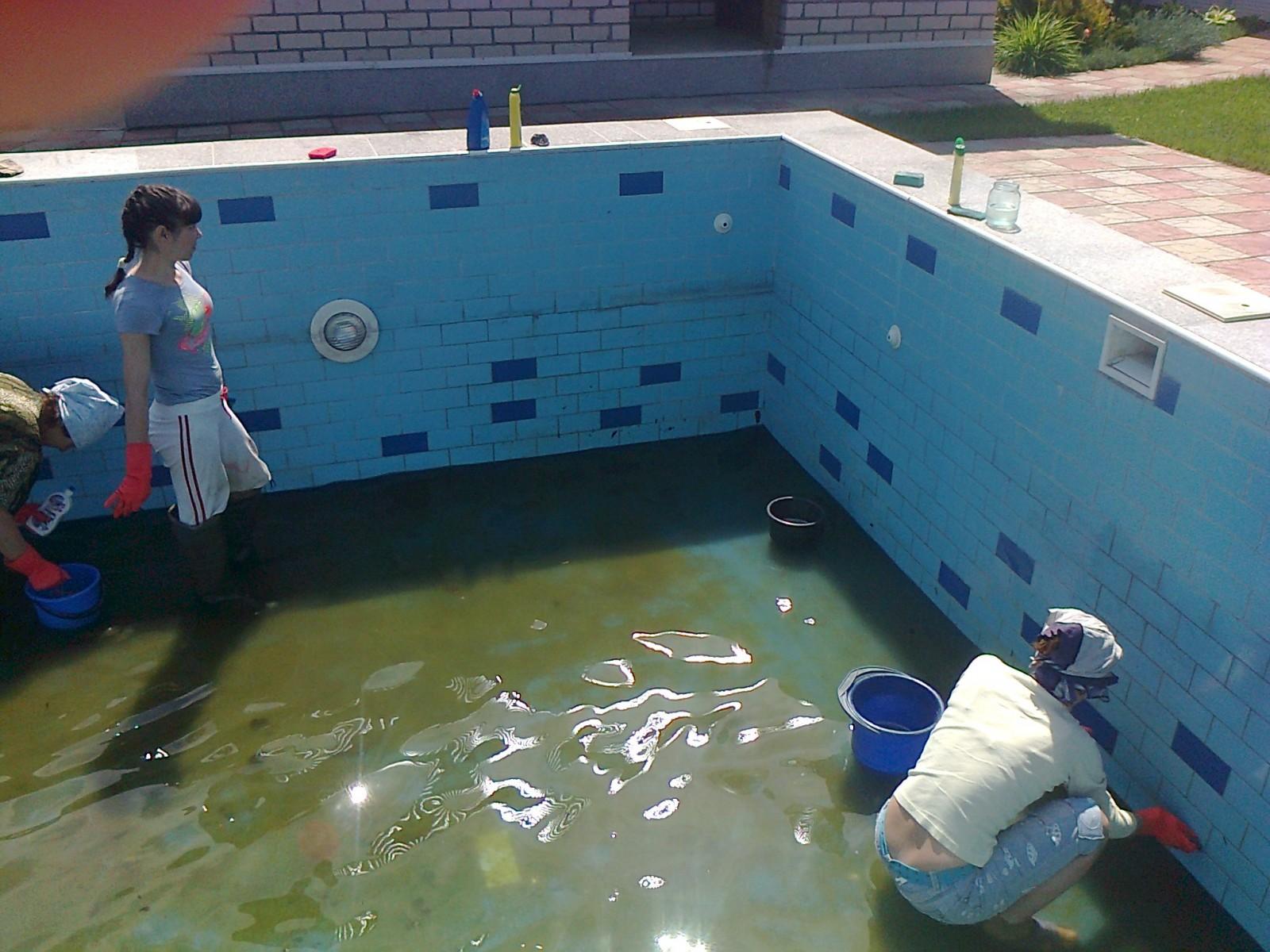 чем мыть бассейн