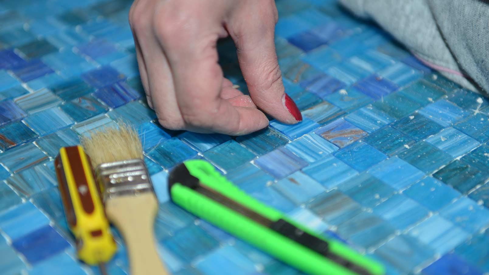 отделка мозаикой бассейна - кропотливый процесс
