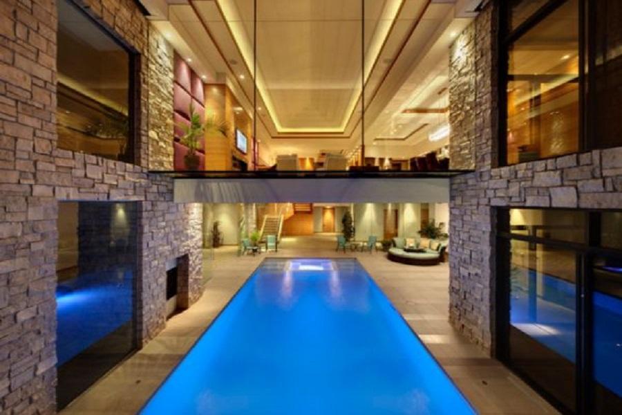 Крытый бассейн как часть интерьера