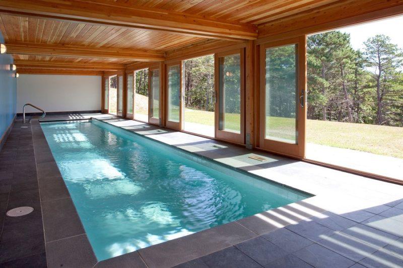 Крытый бассейн с деревянным потолком