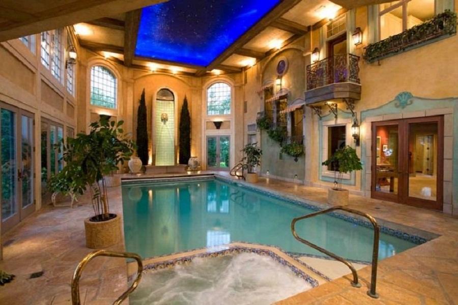 Крытый бассейн со звездным потолком