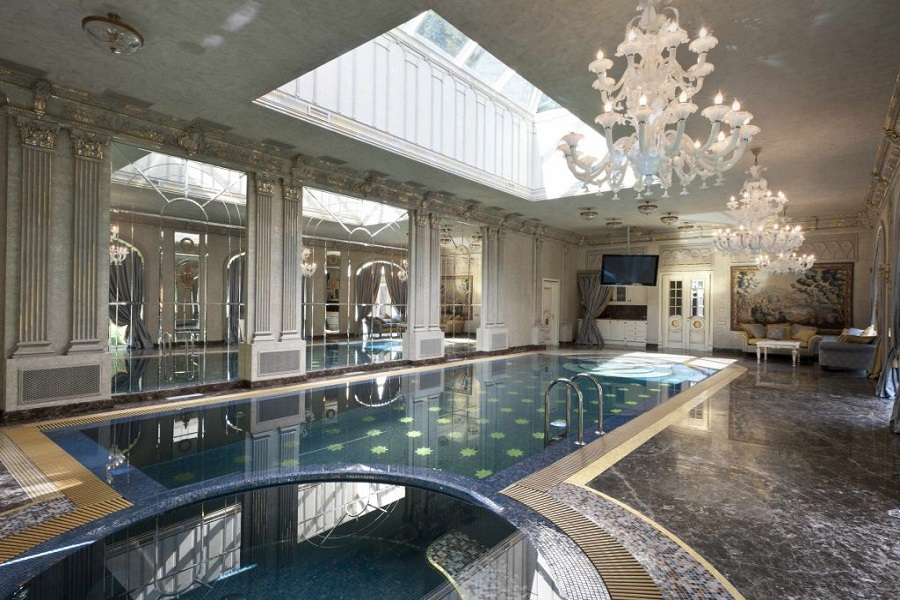 Крытый бассейн в классическом интерьере