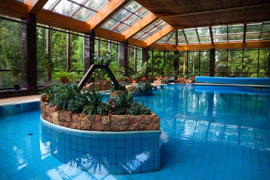 Крытый бассейн в оранжерее