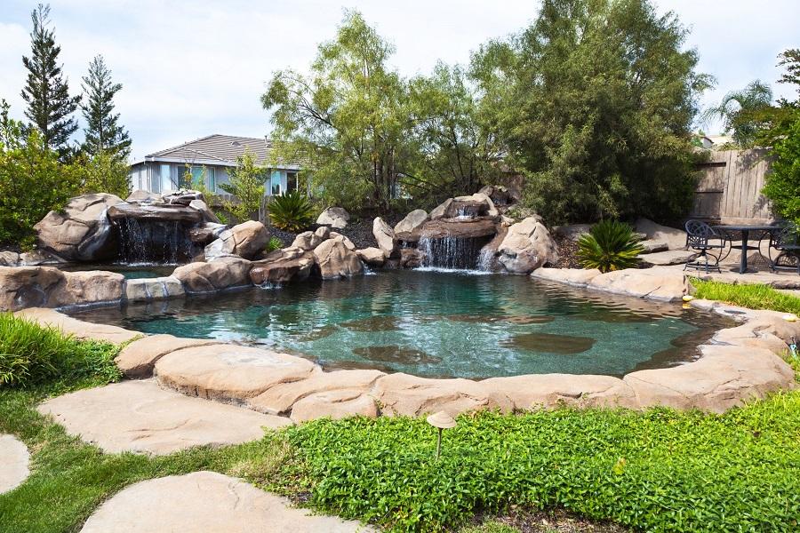Пруд для купания с водопадом