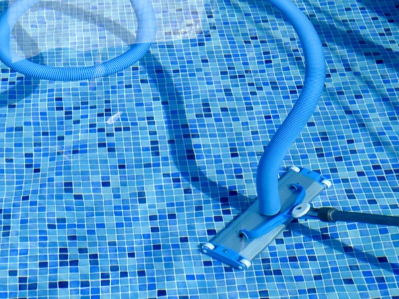 чистка прозрачных бассейнов
