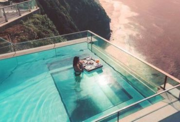 Бассейн с прозрачным дном
